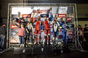 Henk van der Mark en Dirk Brand op de hoogste trede van het podium in Franchorchamps